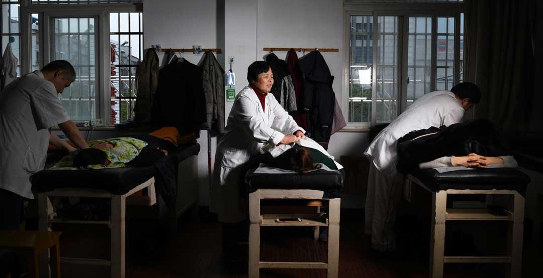 Zhu Lihua massaging
